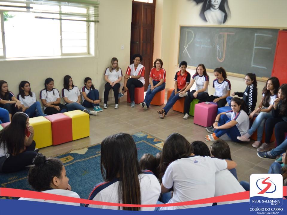 Roda de conversa motiva as jovens do Colégio do Carmo na busca pela autonomia e apoio mútuo